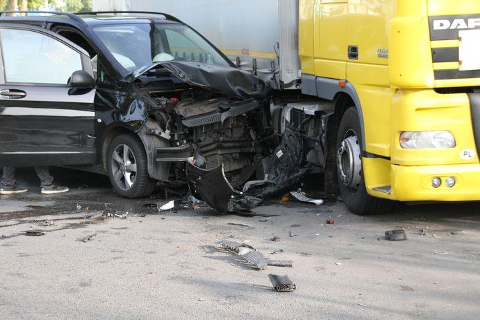 Veel schade na een ongeluk in Nijverdal.