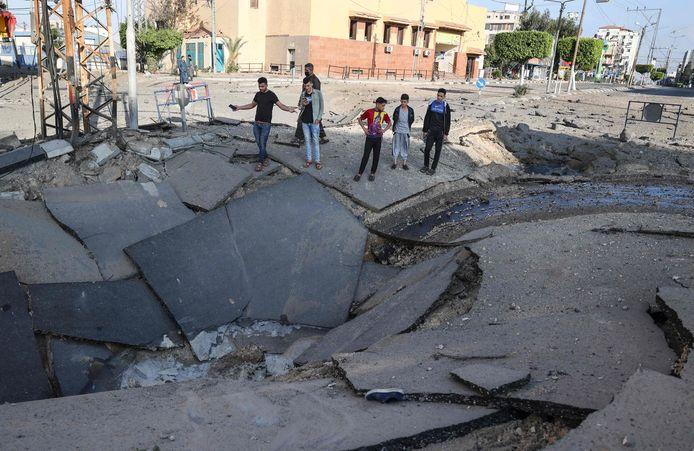 Cratère dans une route de Gaza
