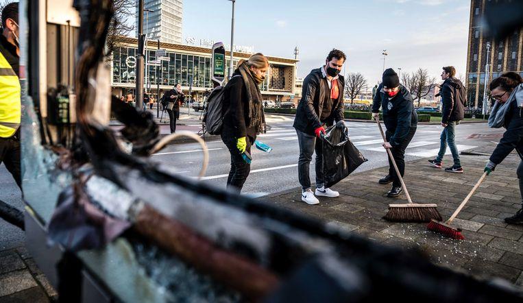 Een groep inwoners van Eindhoven heeft maandagmorgen spontaan aangeboden te komen helpen bij het schoonmaken. Beeld EPA