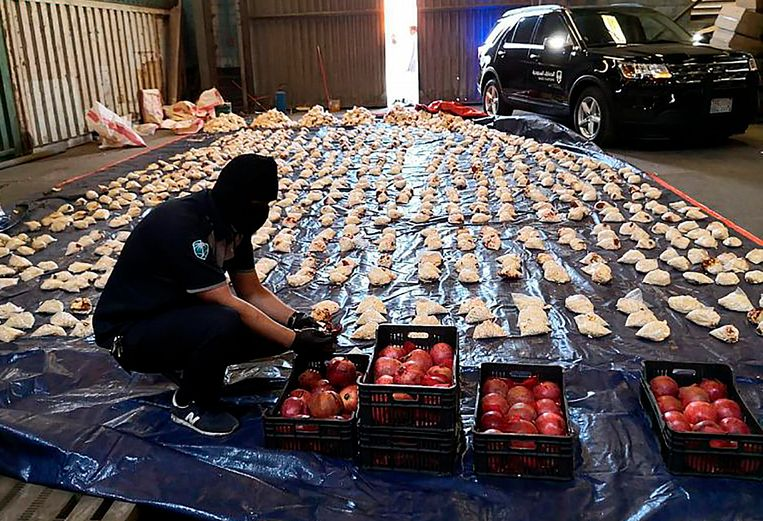 De Saudische douane vond zeker 5 miljoen pillen Captagon in een lading granaatappels. Een medewerker checkt een voor een de granaatappels op verstopte pillen. Beeld AP