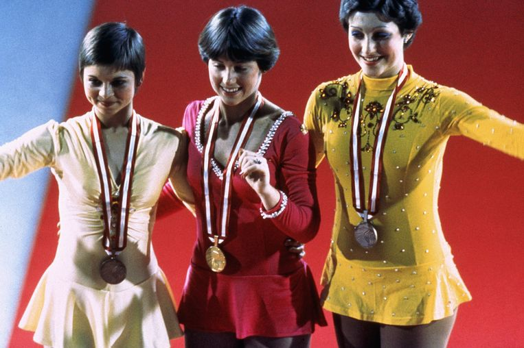 INNSBRUCK, AUS - 1976:  Dorothy Hamill in the center smile while wearing her gold medel at the Winter Olympics skating competition in 1976 in Innsbruck,  Austria. Dorothy Hamill wins the gold medel for the USA in the Womes Figure skating competition. (Photo by Tony Duffy/Getty Images) Beeld Getty Images