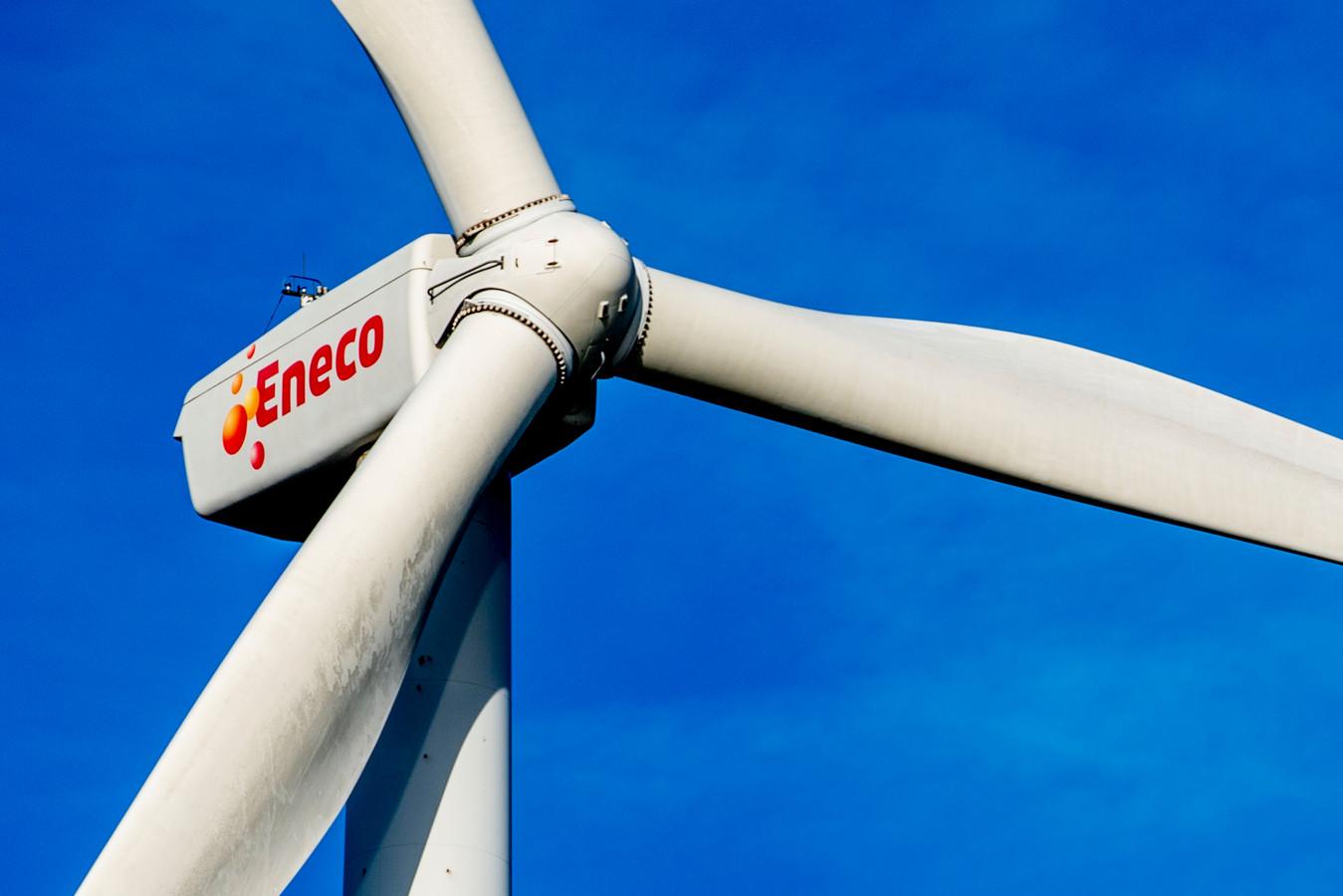 Een windmolen van Eneco in het landschap
