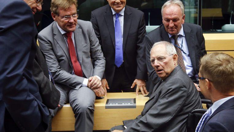 De Duitse minister van Financiën Schäuble (centraal), omringd door zijn Europese ambtsgenoten op de jongste eurogroepvergadering. Beeld EPA