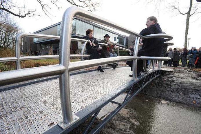 V.l.n.r.: oud-burgemeester Helmi Huijbregts, kunstenaar Piet Hohmann en burgemeester Stefan Huisman op de brug. foto Ron Magielse/het fotoburo