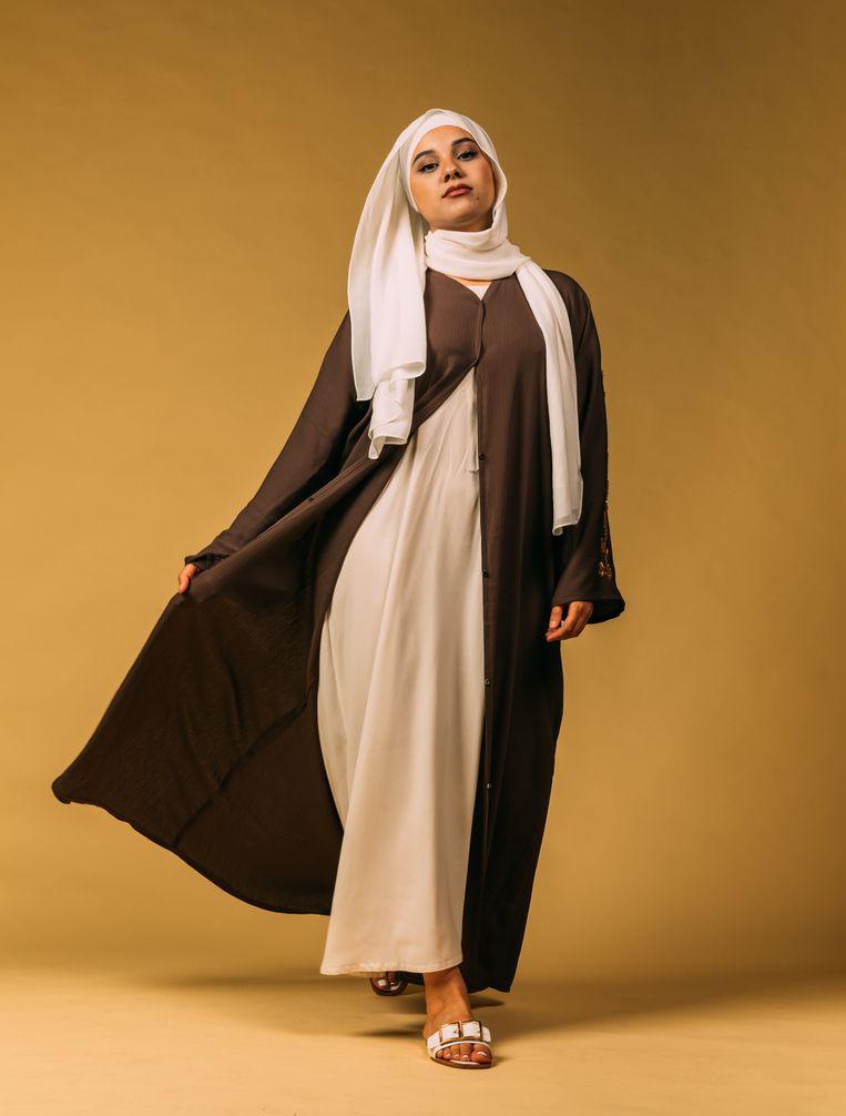 Salma bezit minstens vijftig hoofddoeken. Die matcht ze het liefst met losse blazers en broeken. Beeld Rebecca Fertinel