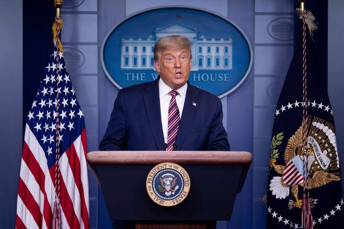 De Amerikaanse president Trump houdt een toespraak in het Witte Huis, die werd weggeschakeld door meerdere grote nieuwszenders toen Trump onwaarheden begon te spuien.