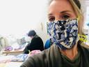 Kay Poelen aan het werk in het atelier.