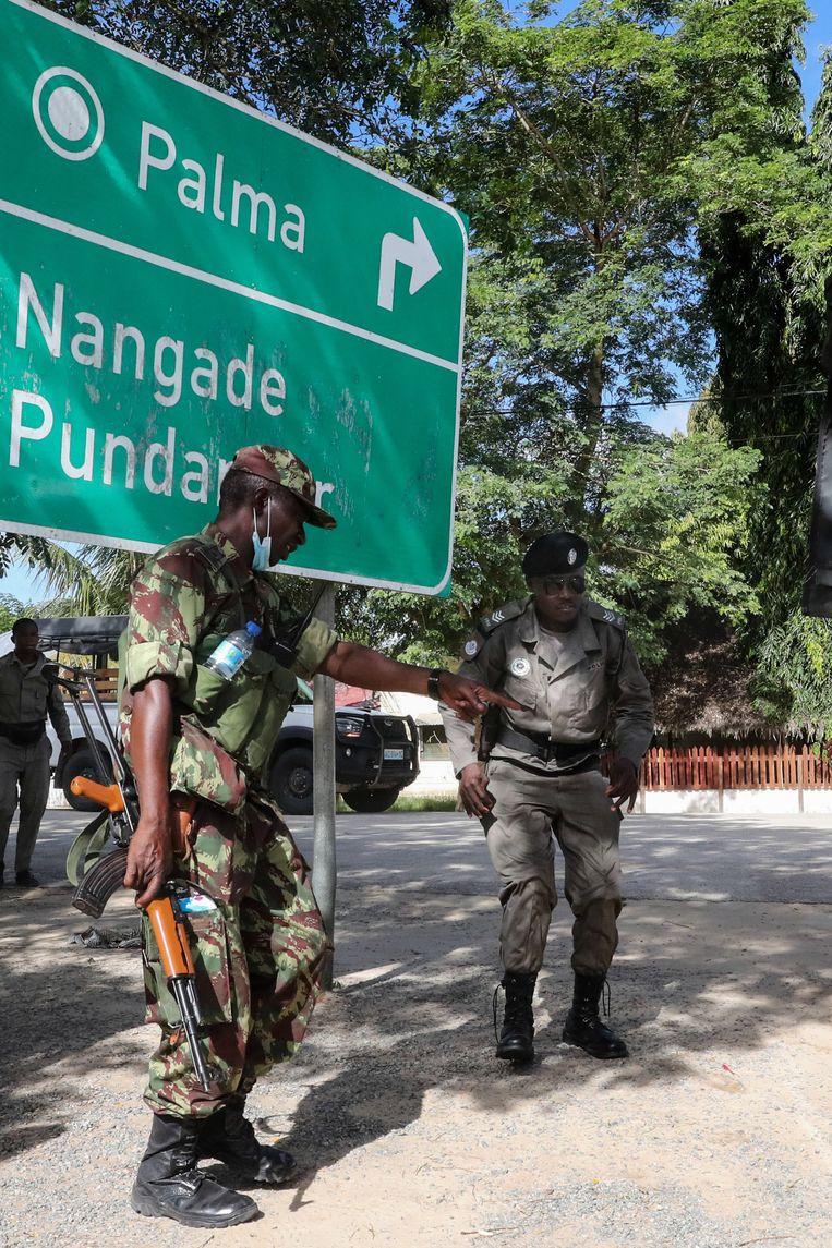 Militairen van het Mozambikaanse leger trekken begin april Palma in, nadat de jihadisten de stad hebben verlaten.   Beeld EPA