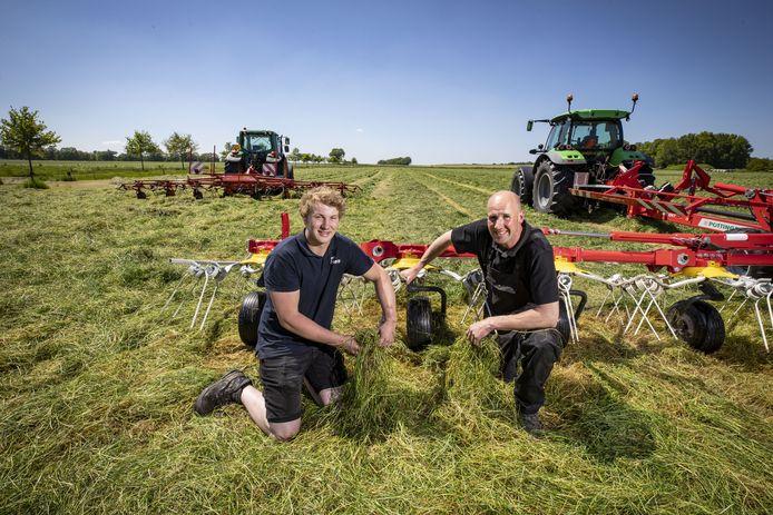 Boer Harry Arens en zoon Sietse konden afgelopen zondag eindelijk maaien na alle regen.