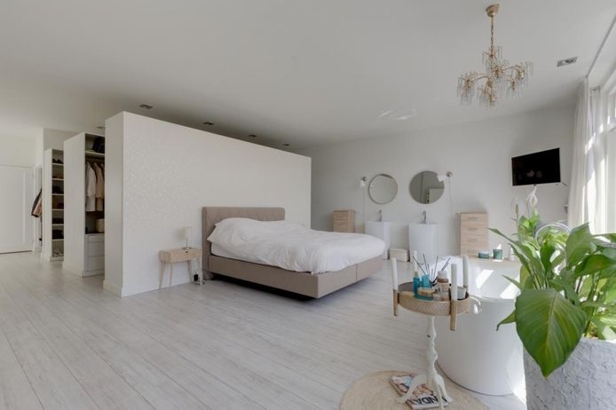 De master bedroom, met bad.