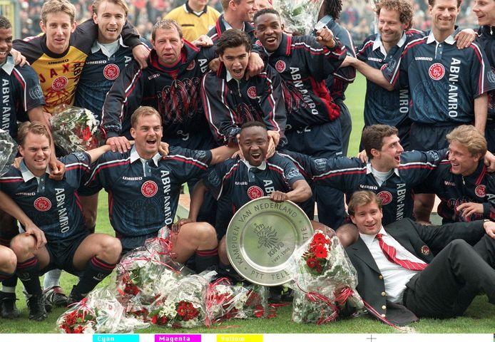 De kampioensploeg van Ajax in 1998 viert het behalen van de landstitel in het Oosterpark.