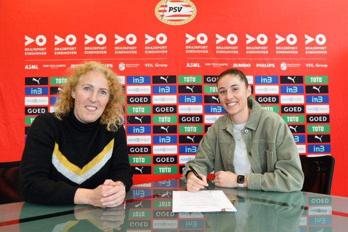 Amy Harrison (rechts) verlengt haar contract bij PSV. Links manager vrouwenvoetbal Sandra Doreleijers.