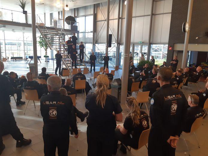 Het team krijgt een laatste briefing op het vliegveld in Eindhoven.