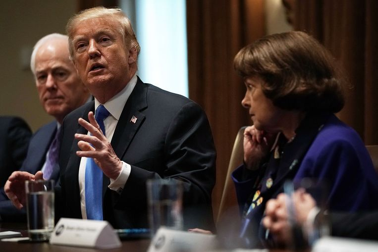 President Donald Trump en senator Dianne Feinstein. Beeld Getty Images