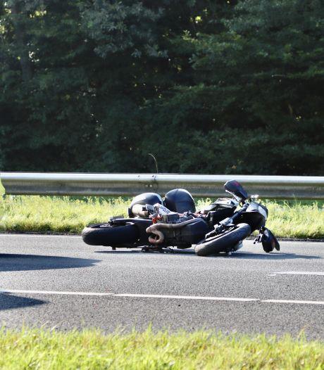 Motorrijder gewond na val op A1 bij De Lutte, rijstrook op snelweg dicht