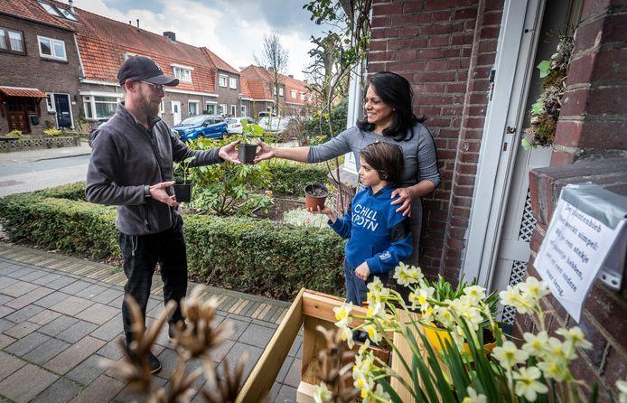 Robert komt plantjes ruilen bij Chama en haar zoontje Sidney Hendrikx.