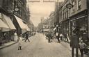 Rond 1920 was er nog nauwelijks sprake van verkeer. In het wegdek van de Langestraat zijn de rails van de paardentram zichtbaar.