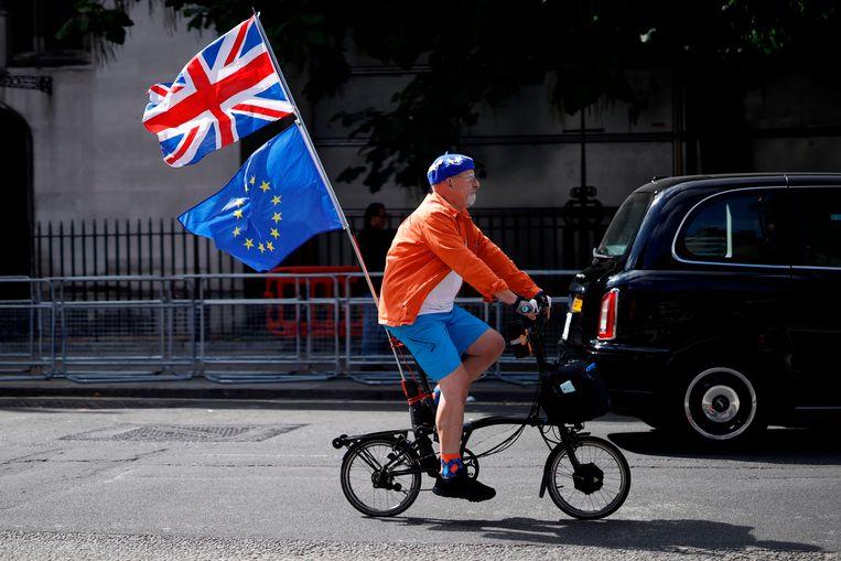 Een Brit die tegen de brexit is fietst langs het parlement in Londen. Beeld  Tolga Akmen / AFP