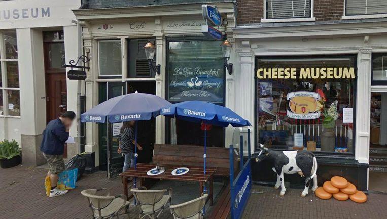 Café De Twee Zwaantjes aan de Prinsengracht moet door nieuwe regelgeving afscheid nemen van hun bierschild aan de gevel. Beeld Google Streetview