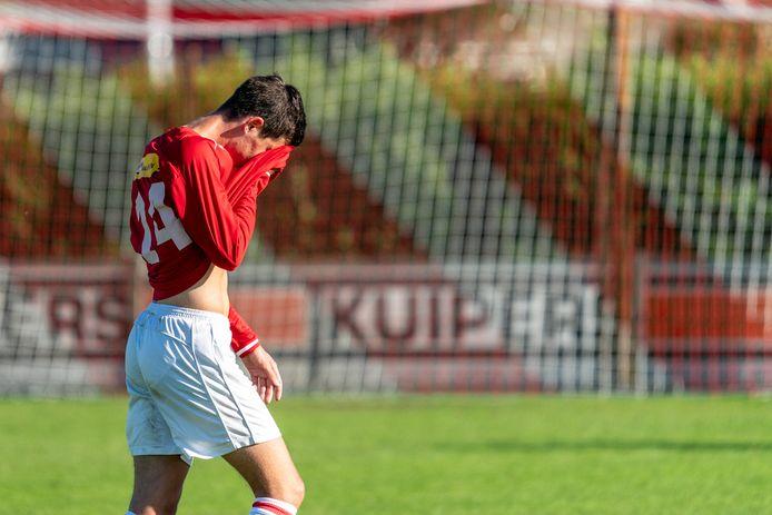Teleurstelling bij Wessel Janssen van Jonge Kracht na de doelpuntloze wedstrijd tegen Sprinkhanen.