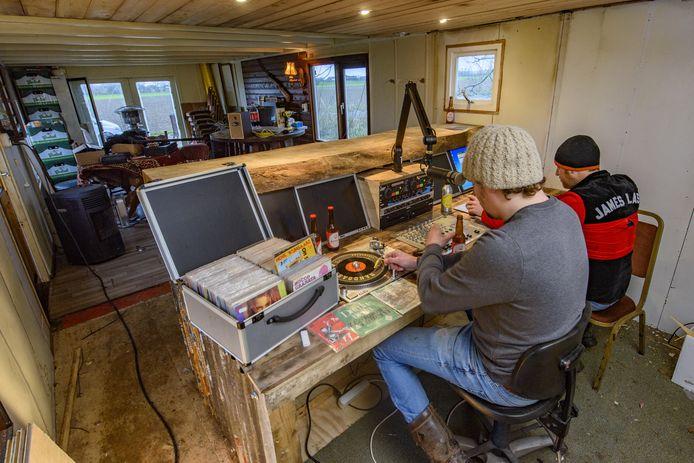 Handgas FM aan het werk in de Achterhoekse studio. Mede-oprichter Tijn: ,,We doen het met acht man. En op de ouderwetse manier hè. Muziek vanaf vinyl op de FM-frequenties gooien. Niks online, Want dat is niet spannend.''