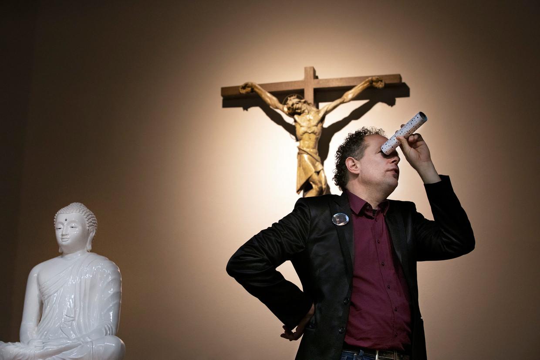 Cabaretier Arie Vuyk tijdens de première van zijn voorstelling 'Every Boeddha Happy', in de Heilige Lodewijk van Montfortkerk.