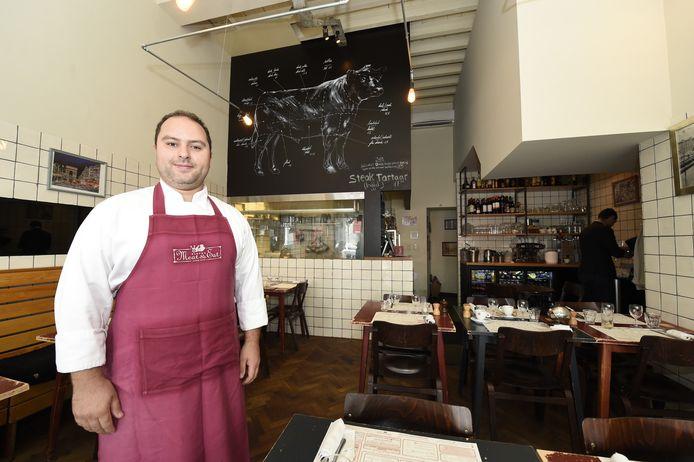 """Mo Aoulad in zijn zaak Meat & Eat, de vroegere slagerij van zijn vader. """"De authentieke elementen bleven behouden."""""""