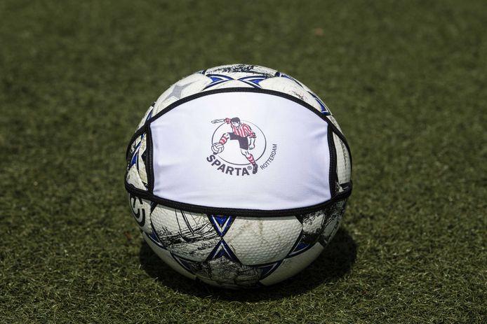 Een mondkapje met het logo van Sparta Rotterdam.