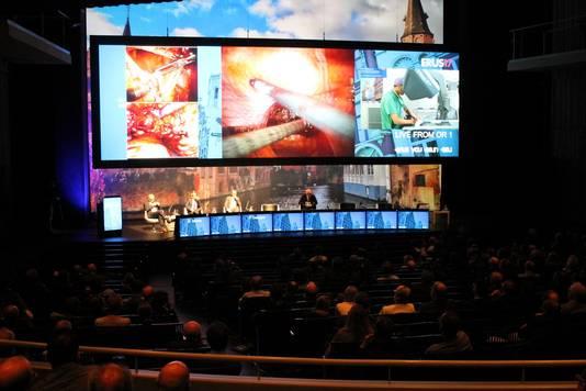 Een volle concertzaal in Brugge volgt live mee met de ingreep die dokter Mottrie uitvoert.