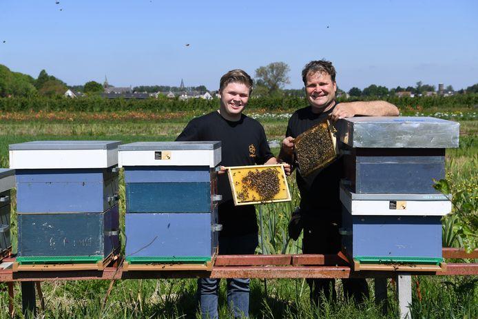 """Maurits en Kees bij de bijen. ,,De bijen leerden me beter tuinieren."""""""