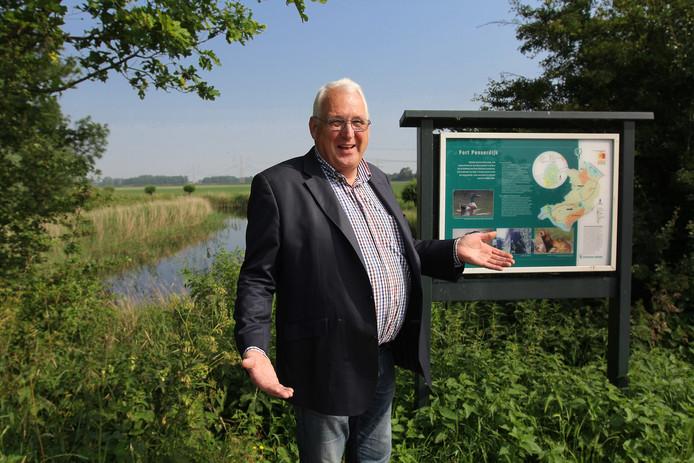 Voornaar Rien Kap op een voor hem veelzeggende plek: het 'drielandenpunt' van Voorne, bij Fort Peltsersdijk, waar de grenzen van de drie gemeenten samenkomen.
