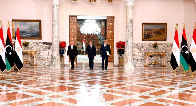 De voorzitter van het parlement in Tobroek Agileh Saleh (links), de Egyptische president Abdel Fattah al-Sisi (midden) en de Libische veldmaarschalk Khalifa Haftar (rechts) arriveren voor een persconferentie. Beeld AFP