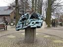 Het in eerste instantie neergehaalde kunstwerk werd later helemaal van zijn sokkel gehaald.  (Foto Martijn van Bijnen).