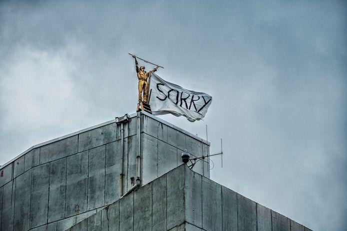 Vorig jaar stelden een aantal kunststudenten uit het conservatorium van Antwerpen 'De man die de wolken meet' in vraag: ze maakten een vlag vast aan het standbeeld met 'sorry' in grote zwarte letters.