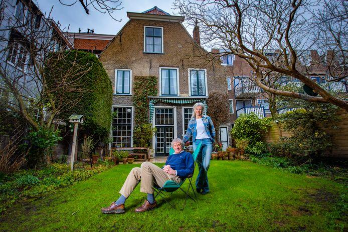 Bart en Liedieke van der Pot in de tuin van hun monumentale grachtenpand.