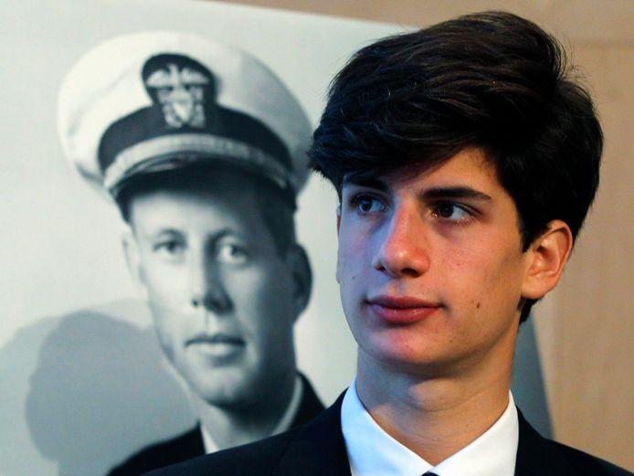 Jack Schlossberg voor een foto van zijn grootvader, John Fitzgerald Kennedy.