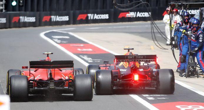 Max Verstappen en Charles Leclerc naast elkaar in de pitstraat