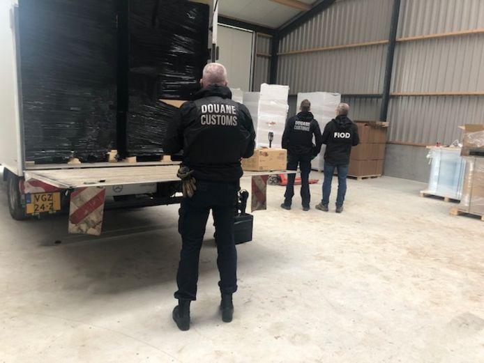Politie, gemeente en omgevingsdienst vonden in een loods in het buitengebied van Tricht veel illegale rookwaar. Douane en FIOD hebben de boel meegenomen en vernietigd.