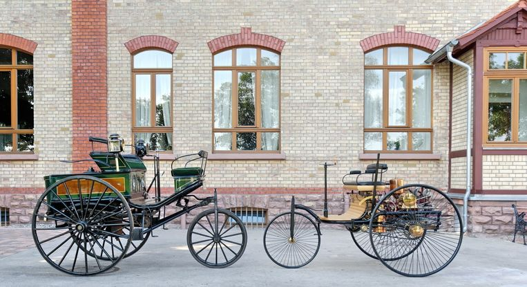 De eerste auto van Carl Benz, uit 1886, rechts, en links de luxere variant uit 1888.  Na bijna anderhalve eeuw lijkt rond 2030 een eind te komen aan auto's die op benzine rijden. Beeld Daimler AG