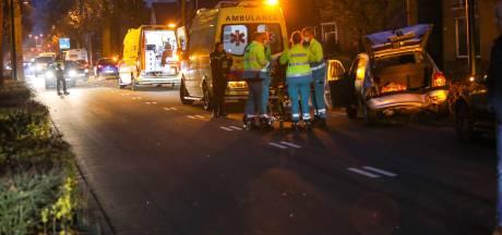 Vrouw gewond bij aanrijding Zutphensestraat in Apeldoorn, verkeersopstopping groot