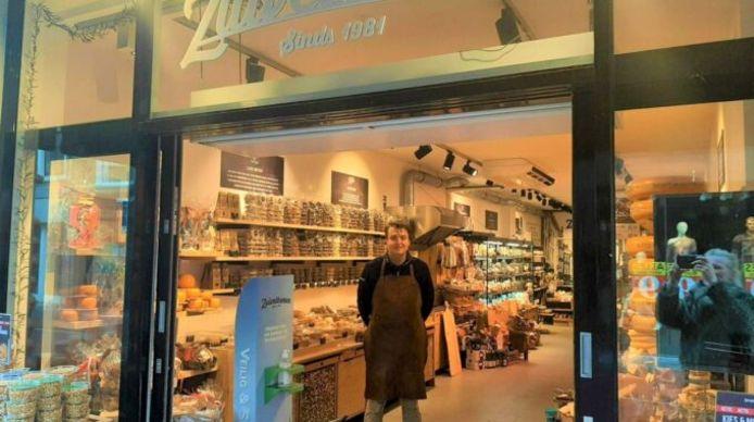 Mark in zijn winkel aan de Haarlemmerstraat