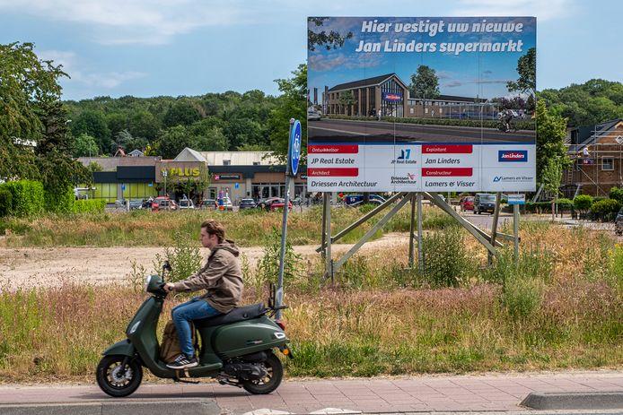 Een bouwbord kondigt in Mook de komst van een Jan Linders aan. Het gebouw komt er wel, maar er komt een andere supermarktketen in. Op de achtergrond is supermarkt Plus zichtbaar.
