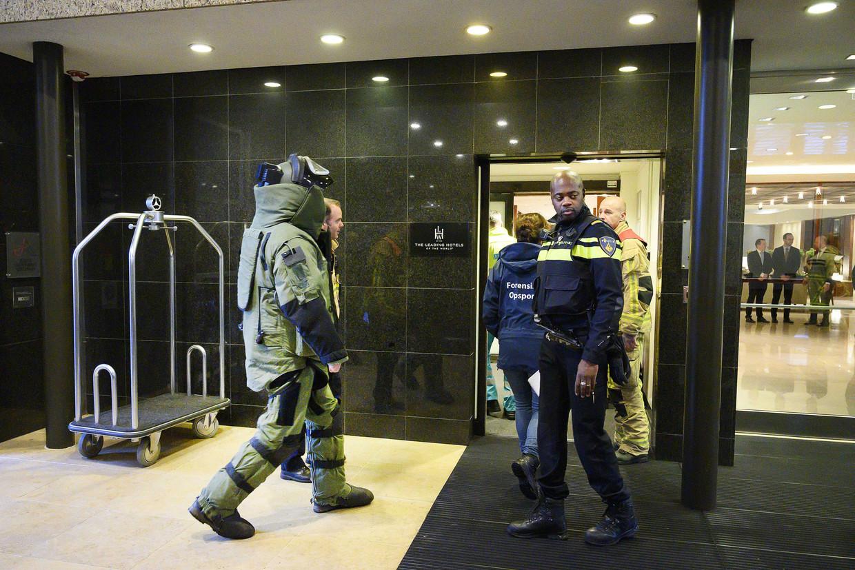 De Explosieven Opruimingsdienst Defensie doet vrijdag onderzoek bij Hotel Okura in Amsterdam, waar een bombrief is bezorgd.