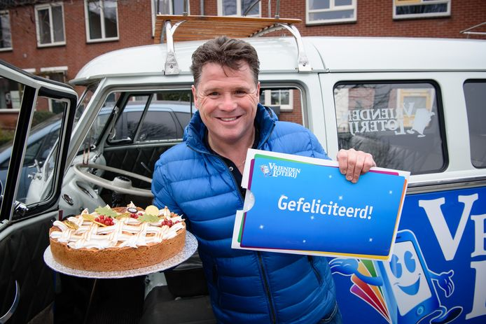 Wolter Kroes kon door de coronacrisis niet langskomen bij Tineke en haar verrassen met een taart.