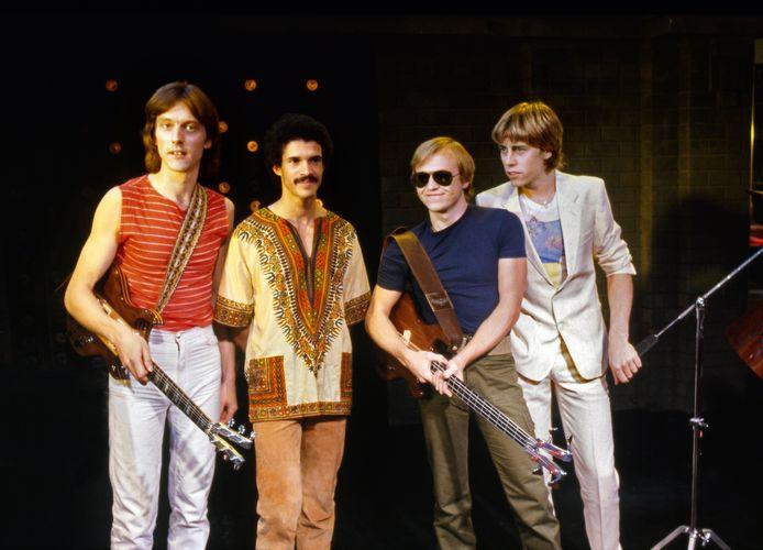 Rowland 'Boon' Gould, een van de oprichters van Level 42, is overleden. De gitarist (links op de foto) werd dinsdagochtend door de politie dood gevonden in zijn huis. Tweede van rechts staat zanger-bassist Mark King.