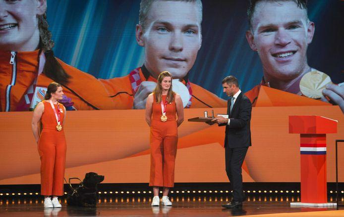 Larissa Klaassen en Imke Brommer ontvangen een koninklijke onderscheiding van Paul Blokhuis (staatssecretaris van Volksgezondheid, Welzijn en Sport).