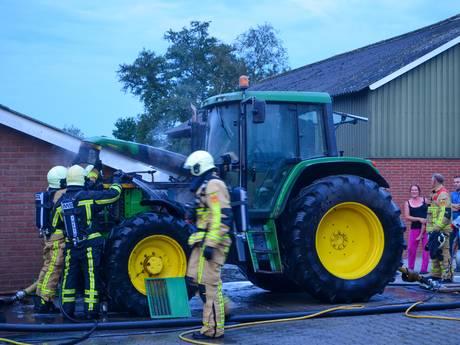 Brandweer in Hellendoorn rukt groots uit voor brandende trekker