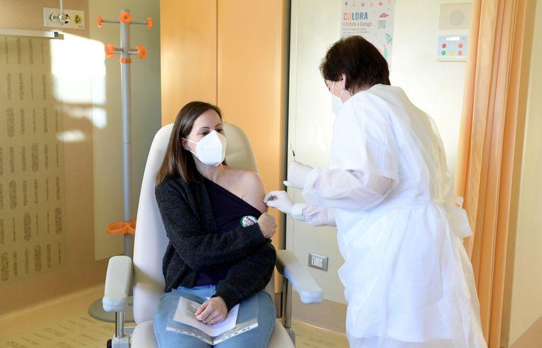 De Italiaanse arts Francesca Pieralli krijgt zondag het coronavaccin in het Italiaanse Florence toegediend. Beeld Reuters