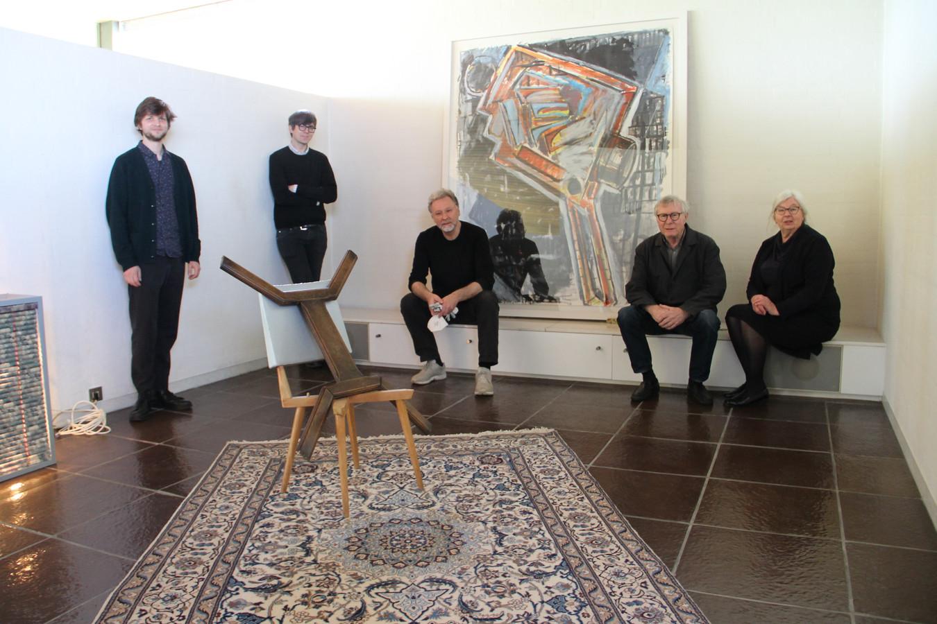 Rik Vannevel en directeur Antony Hudek van Museum Dhondt-Dhaenens met co-curator Richard Venlet en het echtpaar Wilfried en Yannicke Cooreman, die stukken uit hun verzameling in villa Vandenbussche in Tielt tentoonstellen.