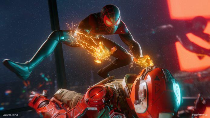De Miles Morales-Spider-Man heeft ook krachten die de Peter Parker-Spider-Man niet heeft. Zoals elektrificatie.